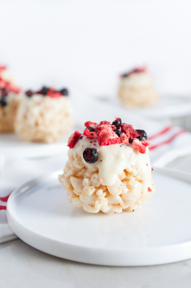 Mini Berry Rice Krispie Treats from www.sprinkledsideup.com